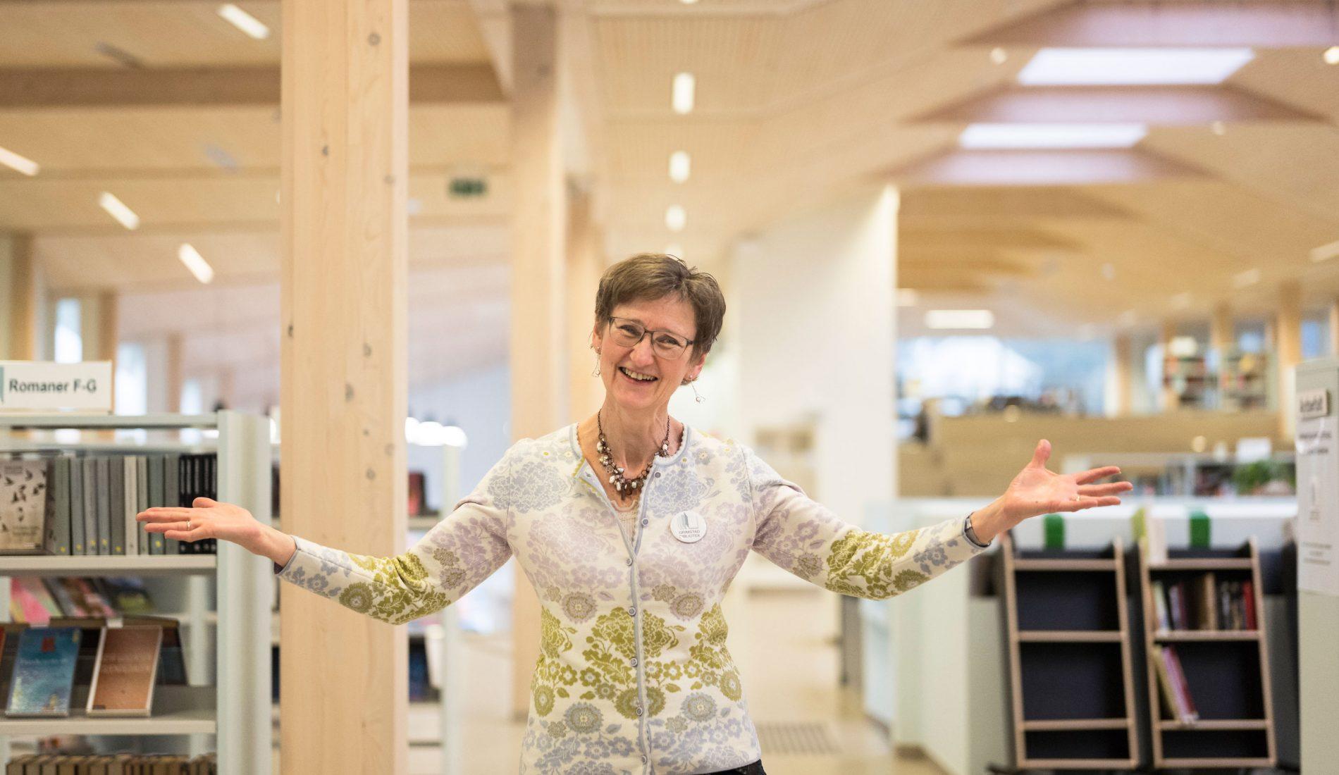 Vi må tørre noe mer enn å fortelle folk hvilke bøker de bør velge om sommeren, sier Brit Østerud, biblioteksjef i Grimstad, som fikk full medieuttelling da byens nye bibliotek åpnet i desember 2017.