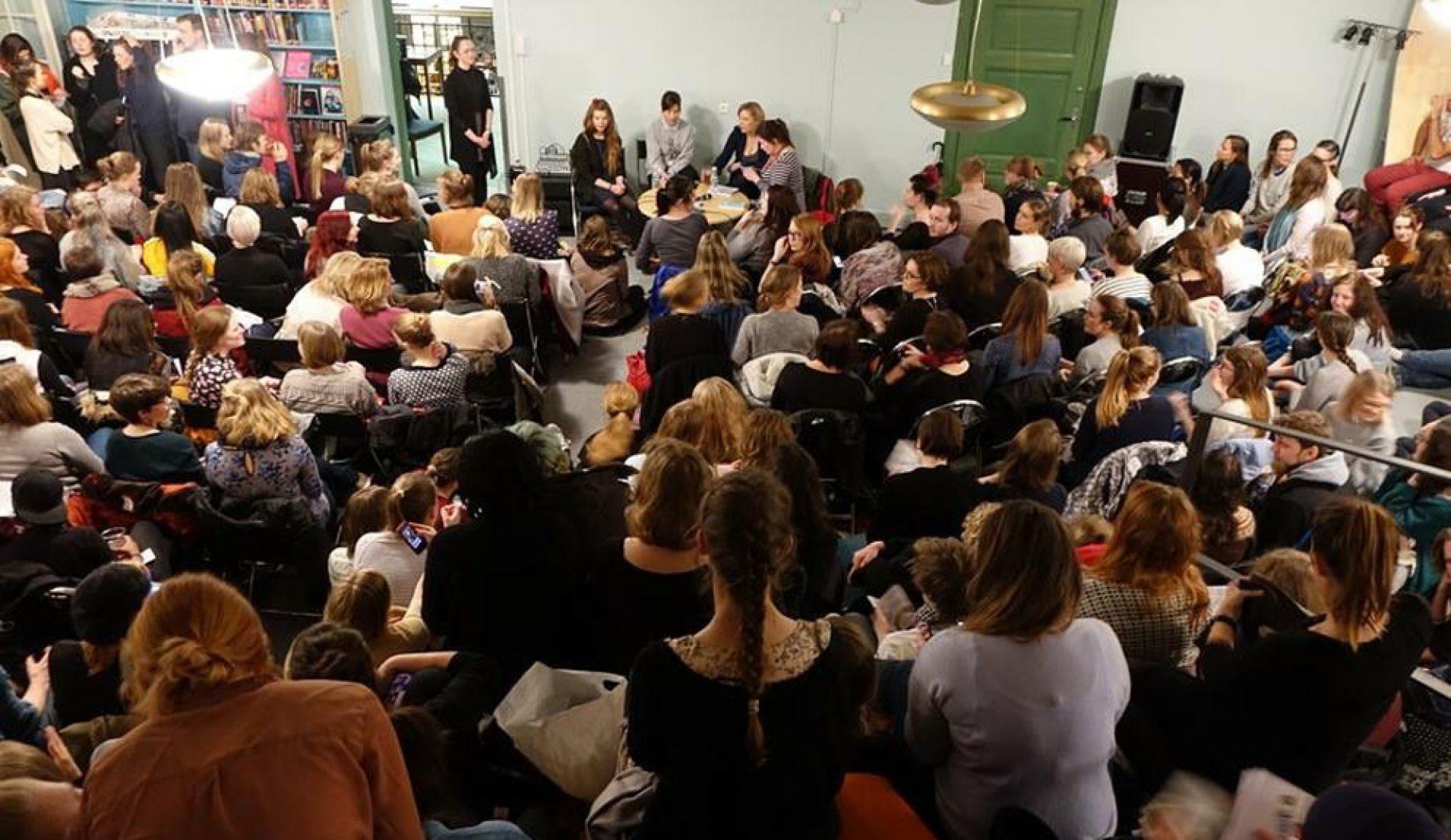 Tjåka fullt på bibliotekdebatt om feminismens rolle i dag.