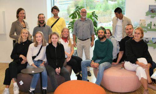 11 studenter fra KHIO fikk i oppdrag å utvikle bibliotekideer for Halden Bibliotek. Her er studentene samlet på besøk i Bibliotekenes Hus.